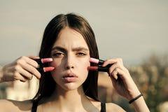Twarzy dziewczyna dla okładki magazynu Dziewczyny twarzy portret w twój advertisnent Wzorcowy pozować z różowymi wargami i pomadk Fotografia Stock