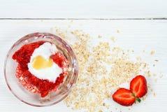 Twarzy maska od truskawki, jogurtu, oatmeal i miodu, Fotografia Royalty Free