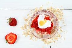 Twarzy maska od truskawki, jogurtu, oatmeal i miodu, Zdjęcia Stock