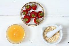 Twarzy maska od truskawki, jogurtu, oatmeal i miodu, Zdjęcia Royalty Free