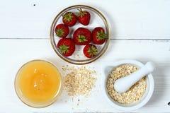 Twarzy maska od truskawki, jogurtu, owsów płatków i miodu, Fotografia Stock