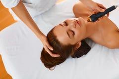 Twarzy opieka Ultradźwięk kawitaci twarzy traktowanie w medycznym zdroju c Zdjęcie Stock