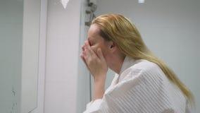 Twarzy opieki pojęcie Kobieta stosuje kosmetyczną płukankę brać opiekę skóra w łazience Ranek higiena zbiory