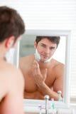 twarzy piana potomstwo mężczyzna kładzenia golenia potomstwa Obraz Stock