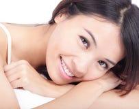twarzy portreta poza relaksuje uśmiech kobiety Obrazy Stock