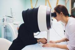 Twarzy skóra Analizuje Cosmetologist Analizuje kobiety Twarzową skórę obraz stock