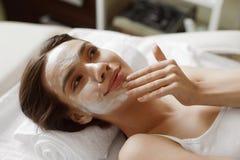 Twarzy skóry opieka Piękna kobieta Z Twarzową kosmetyk maską Przy zdrojem obraz royalty free