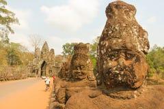 Twarzy statuy na Angkor Wat świątyni moście obrazy royalty free