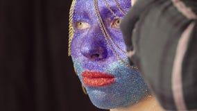 Twarzy sztuka Makijażu artysta dekoruje włosy zdjęcie wideo
