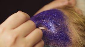 Twarzy sztuka Makijażu artysta stosuje eyeliner zbiory wideo