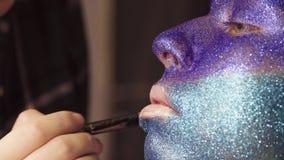 Twarzy sztuka Makijażu artysta stosuje podstawę zbiory