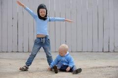 Twee Ñ  Ute weinig kerel spelen met een stuk speelgoed auto Stock Foto