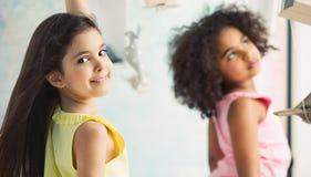 Twee aanbiddelijke meisjes die samen spelen Stock Fotografie