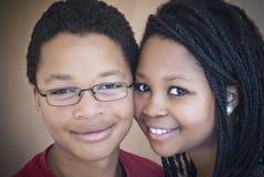 Twee aantrekkelijke Afrikaanse Amerikaanse tieners. Stock Afbeelding