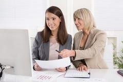 Twee aantrekkelijke bedrijfsvrouwenzitting samen in een team in Royalty-vrije Stock Foto