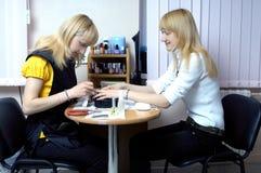 Twee aantrekkelijke blonde meisjes Royalty-vrije Stock Afbeeldingen