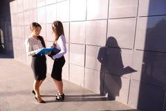 Twee aantrekkelijke jonge vrouwenondernemers, studenten bespreken, examen Stock Fotografie