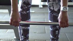 Twee aantrekkelijke Kaukasische meisjestrein in de gymnastiek Camera 4K stock videobeelden