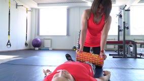 Twee aantrekkelijke Kaukasische meisjestrein in de gymnastiek Camera 4K stock footage