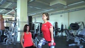 Twee aantrekkelijke Kaukasische meisjestrein in de gymnastiek Slow-motion schot stock video