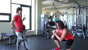 Twee aantrekkelijke Kaukasische meisjestrein in de gymnastiek Slow-motion schot stock videobeelden