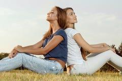 Twee aantrekkelijke meisjes in het park stock foto