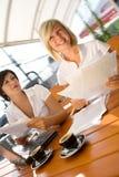 Twee aantrekkelijke meisjes met laptop het drinken koffie Royalty-vrije Stock Fotografie