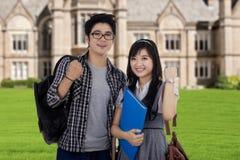 Twee aantrekkelijke studenten die succes uitdrukken Stock Foto