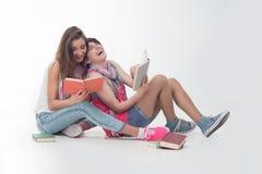 Twee aantrekkelijke tienermeisjes lezen Royalty-vrije Stock Afbeeldingen