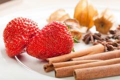 Aardbeien en kaneel Royalty-vrije Stock Afbeeldingen
