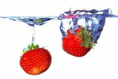 Twee aardbeien in het water royalty-vrije stock foto's