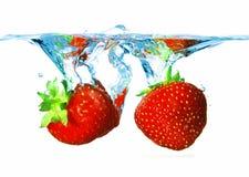 Twee aardbeien in het water royalty-vrije stock afbeelding