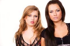 Twee aardige Kaukasische meisjes op wit Stock Afbeeldingen