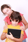 Twee aardige meisjesedele in laptop Royalty-vrije Stock Afbeelding
