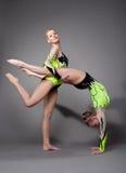 Twee acrobaten tonen vaardigheid aan Stock Afbeelding