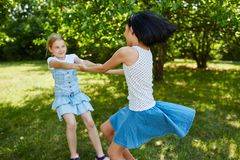 Twee actieve meisjes stoeien rond Stock Foto's