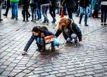 Twee activistenvrouwen die op een asfalt Geen Oorlog schrijven Stock Fotografie