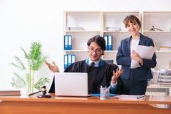 Twee advocaten die in het bureau werken royalty-vrije stock foto