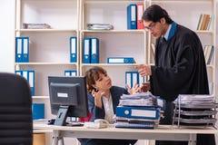 Twee advocaten die in het bureau werken stock fotografie