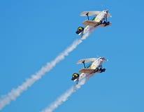 Twee aerobatic vliegtuigen Pitts in een vorming beklimmen Royalty-vrije Stock Afbeeldingen