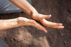 Twee afgevlakte handen die grond behandelen Stock Fotografie