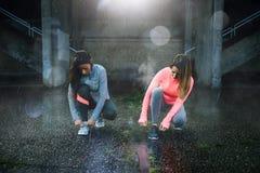 Twee agenten klaar voor opleiding onder de regen stock foto