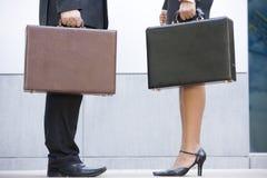 Twee aktentassen van de businesspeopleholding in openlucht Stock Afbeeldingen