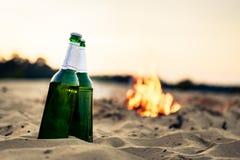 Twee alcoholflessen op strand royalty-vrije stock afbeelding