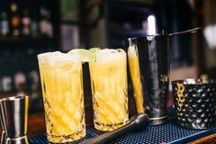 Twee alcoholische die cocktails op barteller worden gediend Verse dranken in bar stock foto