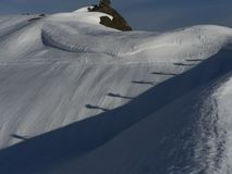 Twee alpinisten die op sneeuw lopen Royalty-vrije Stock Afbeelding