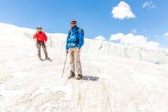 Twee alpinistenvrienden die beklimmend de berg de Andes Peru van de ijsgletsjer lopen royalty-vrije stock fotografie