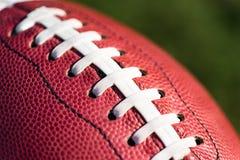 Twee Amerikaanse Universiteitsmiddelbare school Junior Football op Gras Royalty-vrije Stock Foto