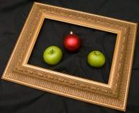Twee appelen en sparrenmarmer Stock Afbeeldingen
