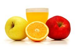 Twee appelen, sap en sinaasappel stock foto's